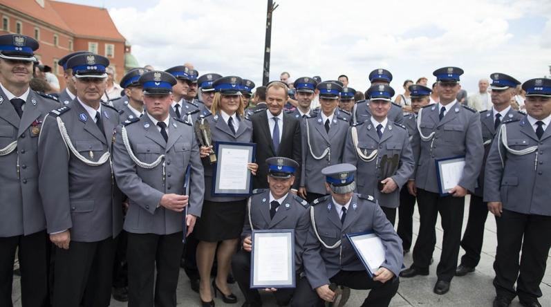 """Laureaci konkursu """"Policjant, który mi pomógł"""" 2013 na Placu Zamkowym w Warszawie"""